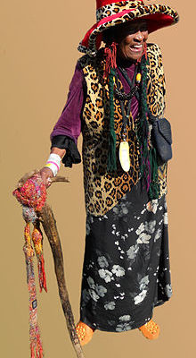 """Orunamamu, a professional Canadian storyteller, treated storytelling as her cause and personal art form as she felt """"storytelling demonstrates the humanity in every culture."""" And, this lady certainly dressed the part!"""